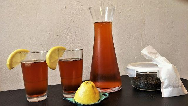 Eistee mit Zitrone und Schwarztee