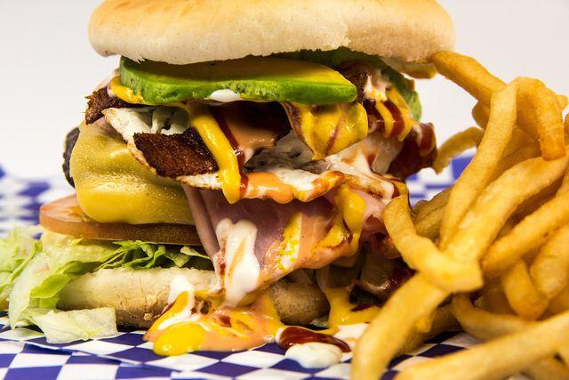 Eine ungünstige Ernährung begünstigt einen zu hohen Cholesterinspiegel.