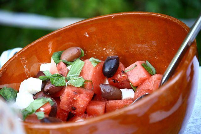 Melonensalat ist ein leichtes Abendessen im Sommer.