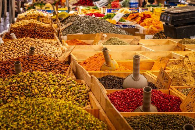 Roter Pfeffer wird häufig auf Märkten angeboten.