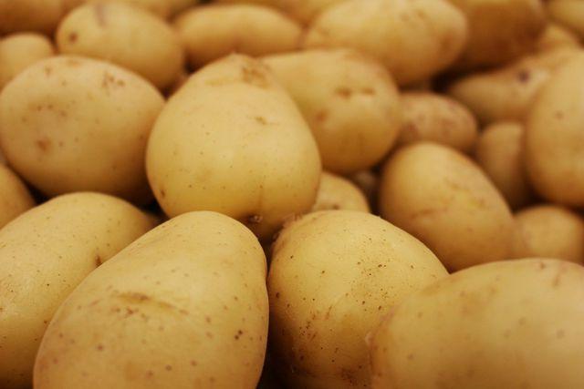 Du kannst den Geschmack von Essig neutralisieren, indem du rohe Kartoffeln mitkochst.
