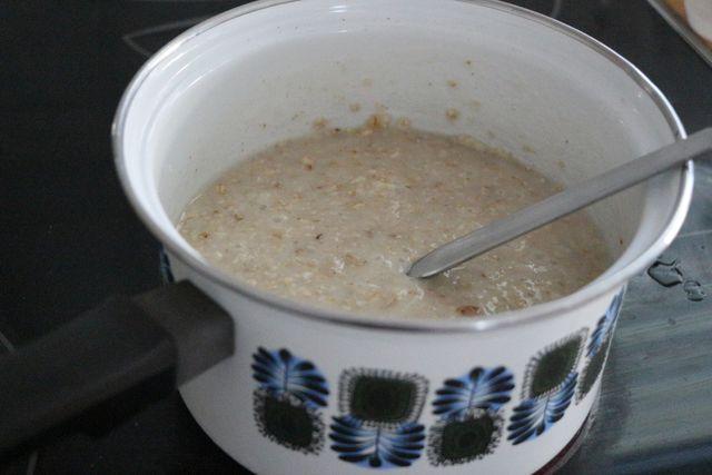 Haferschleimsuppe mit Milch zubereiten