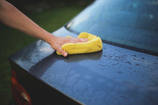 Mit einer Mischung aus Essig und Wasser kannst du Taubenkot auf dem Auto entfernen.