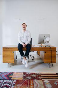 Armedangels CEO Martin Höfeler auf seinem Schreibtisch