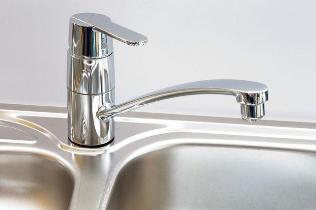 Eine Einhand-Armatur spart Warmwasser.