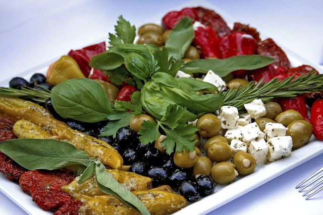 Extras wie getrocknete Tomaten, Kräuter und Oliven passen super in einen Wrap.