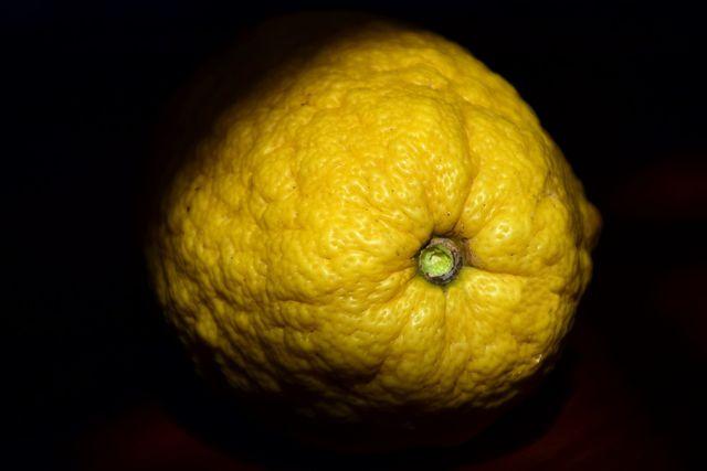 Damit die Cedro ihre großen Früchte ausbildet, benötigt sie viel Wärme und Wasser.