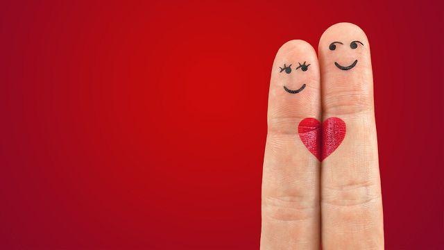 Beim Fingerspiel Himpelchen und Pimpelchen verwandeln sich die Finger in zwei Personen.