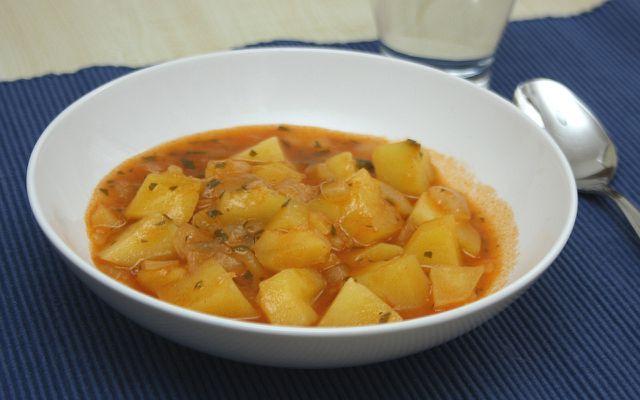 Reste von Tabasco verleihen dem Kartoffelgulasch noch mehr Schärfe.