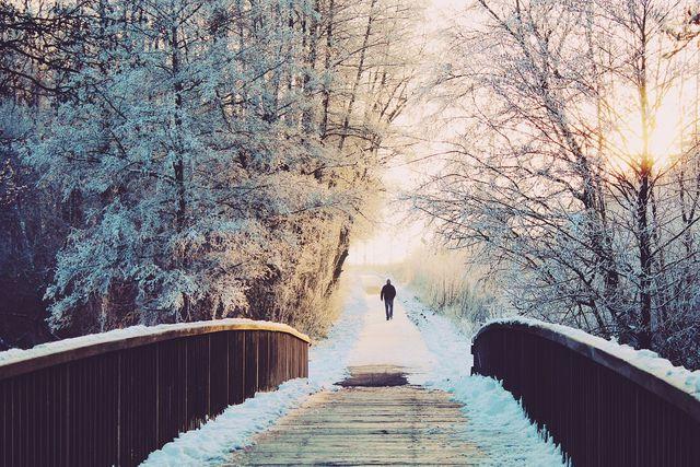 Regelmäßige Spaziergänge im Winter schützen deine Nasenschleimhäute vor der Austrocknung.
