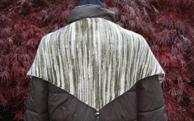 Um die Schultern getragen zeigt das Tuch seine volle Schönheit.
