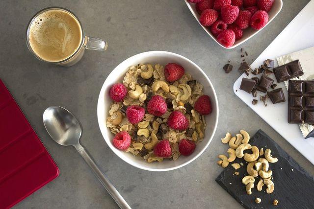 Ein Frühstück aus Haferflocken mit Nüssen und dunkler Schokolade deckt bereits einen großen Teil deines täglichen Zinkbedarfs.