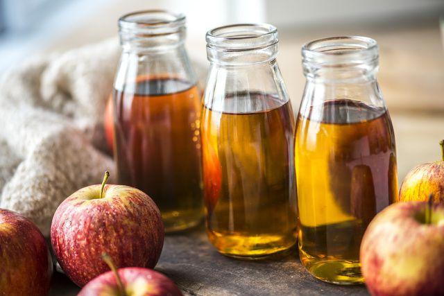Apfelsaftschorle mit etwas Salz ist ein gesunder Durstlöscher.