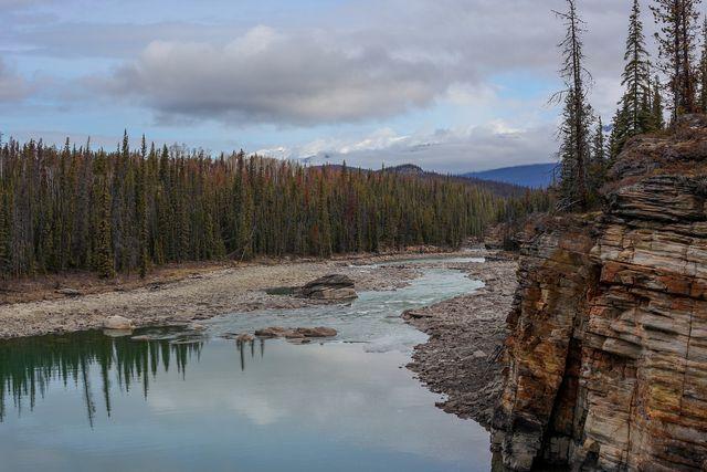 In den Athabasca-Fluss gelangen durch die Ölsand-Förderung schädliche Substanzen.