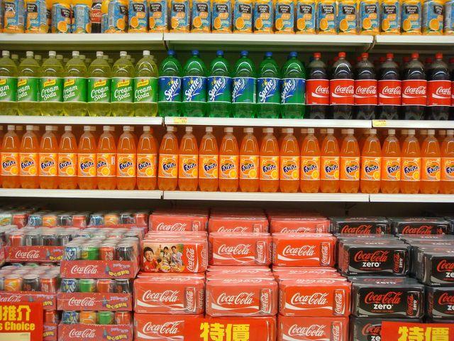 Phosphorsäure befindet sich in hohen Mengen vor allem in Cola, aber auch in anderen Erfrischungsgetränken und Limonaden.