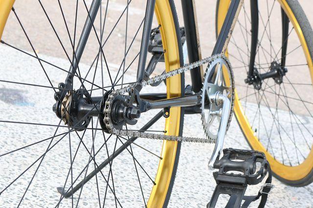 Vérifiez l'état du pédalier et de la chaîne avant d'acheter un vélo d'occasion.