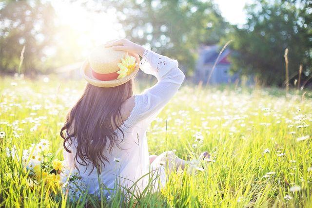 Weite Kleidung aus natürlichen Materialien saugt überflüssigen Schweiß auf
