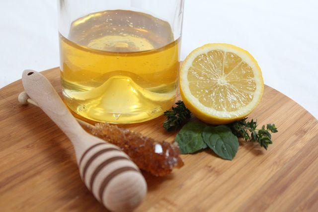 Gegen den trockenen Hals hilft heiße Zitrone mit Honig.