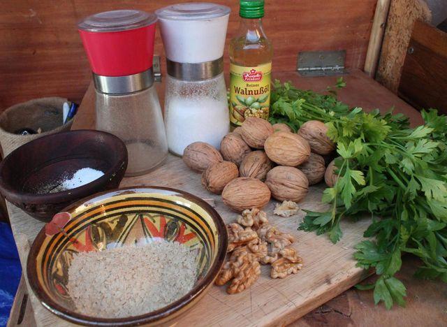 Zutaten für das Walnuss-Pesto: Walnüsse, Petersilie, Öl und ein paar Gewürze.