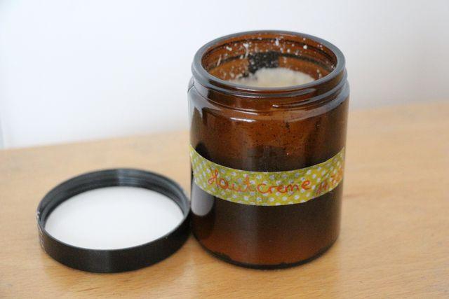 Ganz wichtig: Das Creme-Glas mus steril sein und mit dem Abfülldatum versehen werden