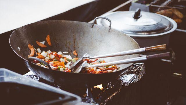 Die asiatische Tempeh-Pfanne kannst du auch im Wok zubereiten.