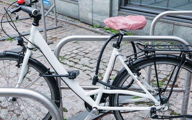 Zwei Fahrradschlösser unterschiedlicher Bauart erhöhen den Schutz