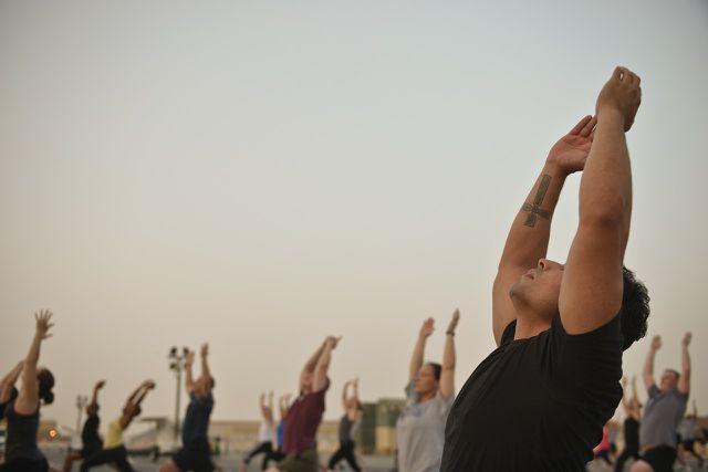 Den Sonnengruß regelmäßig zu praktizieren, kann dir auf vielen Ebenen zu mehr Gesundheit verhelfen.