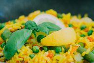 Verwendest du bereits gekochten Reis vom Vortag, kannst du in wenigen Minuten einen sättigenden und gesunden Reissalat zubereiten.