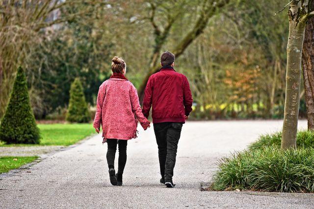 Bewegung an der frischen Luft hilft, die Symptome von Frühjahrsmüdigkeit zu mindern.