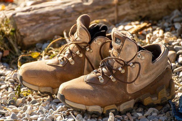 Festes Schuhwerk kann dich vor Schlangenbissen schützen.