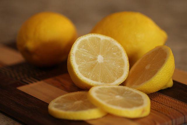 Eine halbe aufgeschnittene Zitrone kann schlechte Gerüche im Kühlschrank vertreiben.