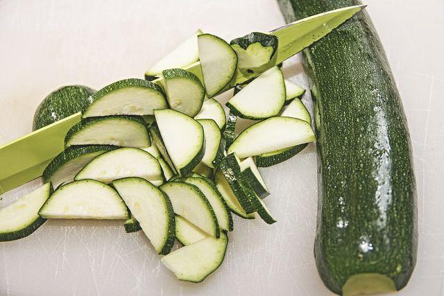 Geschnitten und eingekocht halten Zucchini bis zu ein Jahr lang.