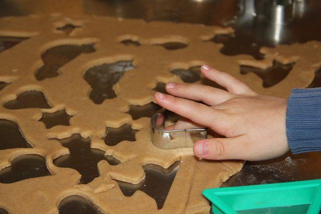 Beim Plätzchenbacken mit Kindern geht es nicht um Perfektionsarbeit, sondern um die Freude am Tun.
