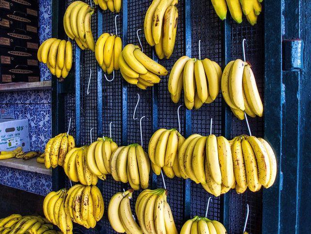 Am besten solltest du Bananen hängend aufbewahren, um Druckstellen zu vermeiden.