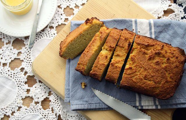 Mit Kichererbsenmehl und Maismehl kannst du glutenfreies Brot backen.