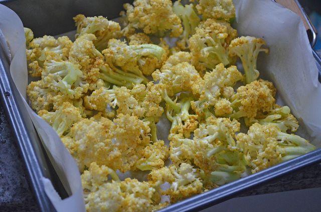 Bevor du den Blumenkohl zum Salat verarbeiten kannst, musst du ihn erst im Backofen garen.