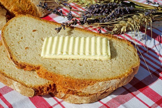 In Maßen sind weder Margarine noch Butter ungesund. Kaufe beides am besten in Bio-Qualität.