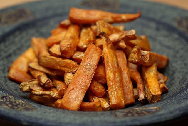 Du musst Süßkartoffeln nicht schälen, wenn du Pommes aus ihnen machst