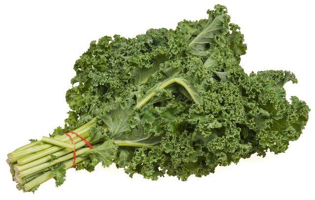 Besonders im rohen Zustand versorgt dich Grünkohl mit einer hohen Menge verschiedenster Mikronährstoffe.