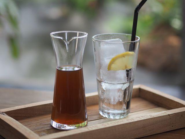 Trinke während des Fastentages möglichst viel Wasser oder ungesüßten Tee.