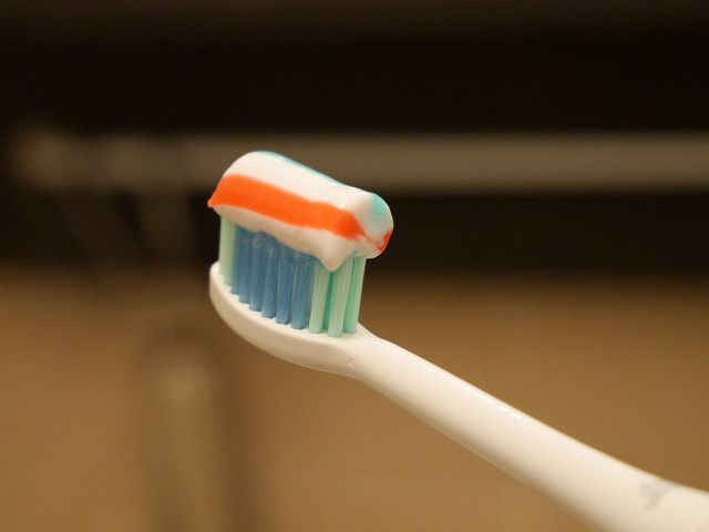 Triclosan steckt in einigen Zahncremes.