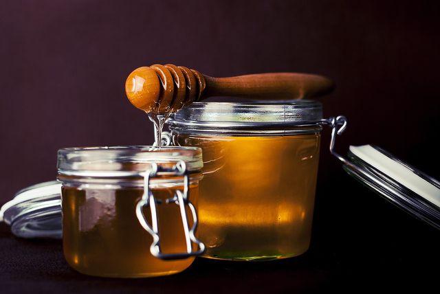 Ein bis zwei Teelöffel Honig machen Dressings und Dips wieder genießbar.