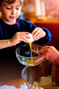 Beim Kochen mit Kindern solltest du auf einfache und bewährte Grundrezepte setzen, die ihr dann nach Belieben verfeinern könnt.