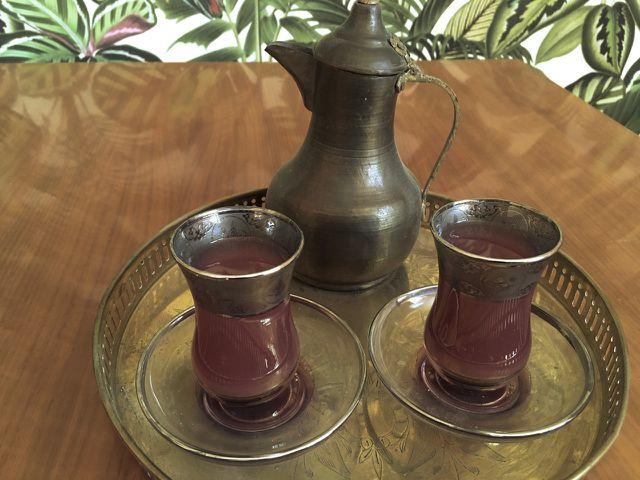 Türkischer Tee aus verzierten Teegläsern.