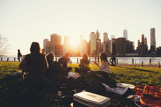 In öffentlichen Parks können Menschen jeder Herkunft zusammenkommen.