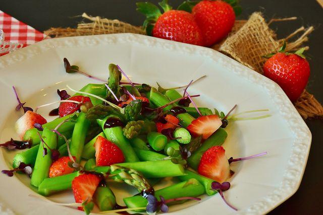Rohen Spargel kannst du zum Beispiel mit Erdbeeren zu einem Salat anrichten.