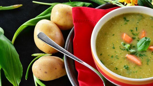 Gemüse, besonders in Form von Suppe und Brühe, ist oft ein essentieller Bestandteil eines Fastentages.