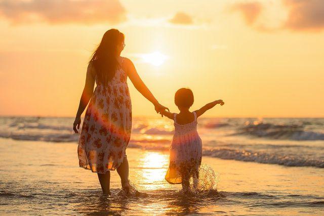 Auch wenn Co-Parenting nicht auf Liebe basiert, musst du dich auch hier auf die Suche nach einem geeigneten Partner machen.