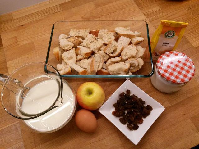 Die Hauptzutaten Scheiterhaufen sind altes Brot, Milch und Eier.