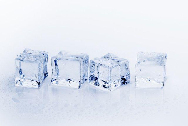 Eiswürfel können Schmerzen und Schwellungen lindern.